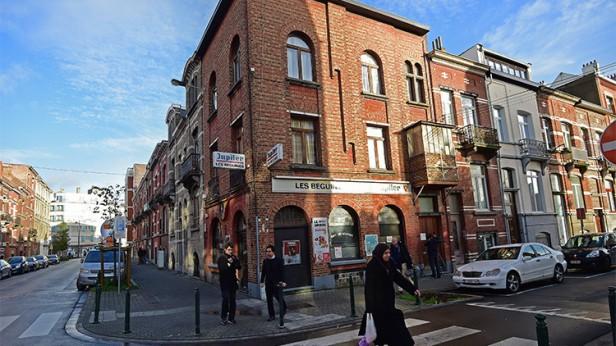 Una mujer pasa frente al bar Les Béguines, propiedad de Brahim Abdeslam, en Molenbeek (Bruselas). / AFP / Emmanuel Dunand