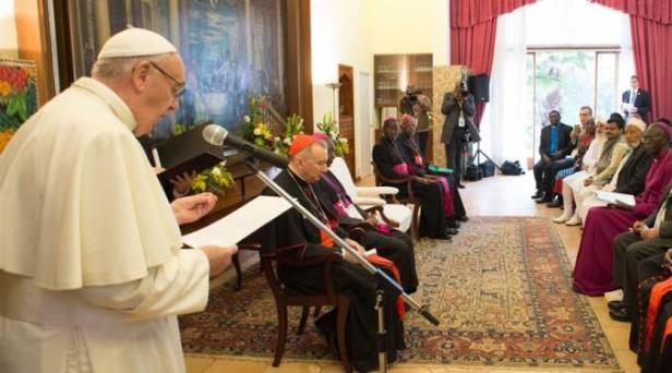 """El Papa Francisco se encontró a primera hora de esta mañana en Nairobi, capital de Kenia, con los líderes de las diferentes confesiones religiosas del país. En su discurso afirmó que el nombre de Dios """"no debe ser usado jamás para justificar el odio y la violencia""""."""