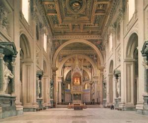 De la antigua Basílica construida por el emperador Constantino en el siglo IV muy poco ha quedado visible. A quien entra hoy en San Juan, la Basílica se le aparece en sus cinco naves con un amplio crucero y un enorme ábside, restaurado en el XIX, en tiempos de León XIII.