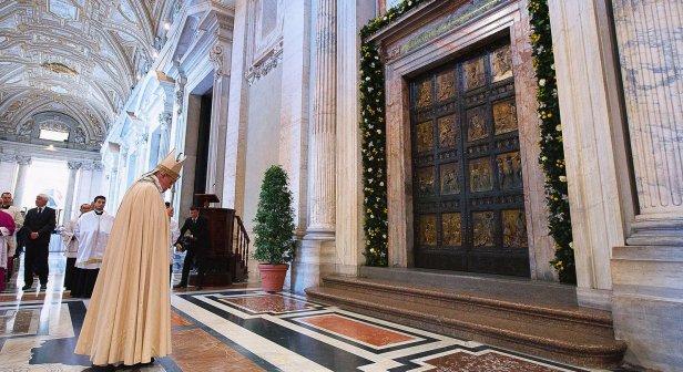 papa-frente-a-la-puerta-del-jubileo-en-2015-fondo